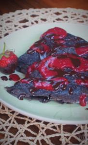 Keto crêpes czekoladowe z sosem truskawkowym (Paleo, LowCarb)