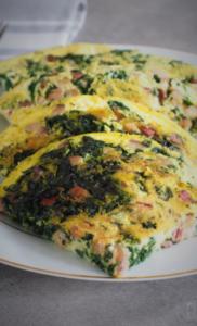 Keto omlet z boczkiem i szpinakiem (Paleo, LowCarb)